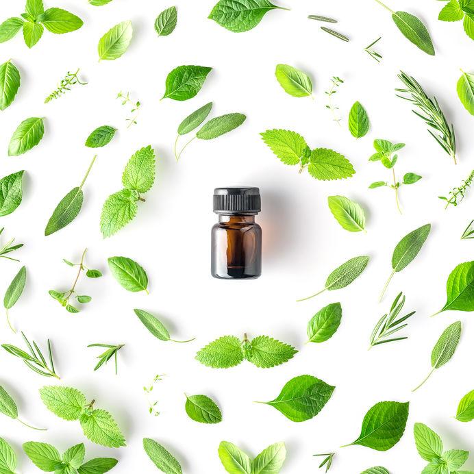 garrafa de óleos essenciais com ervas